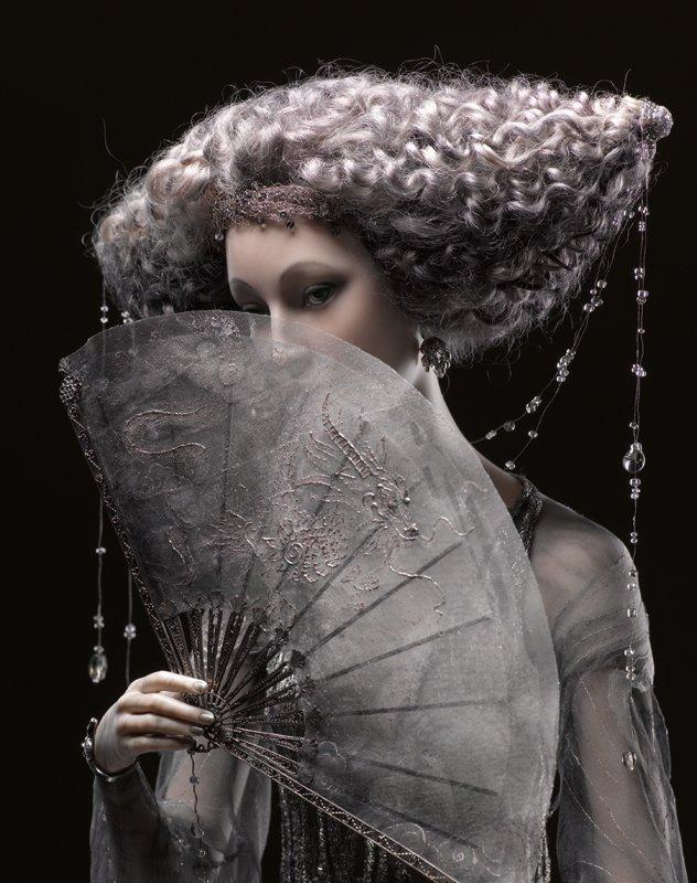 Alexandra-Kokinova-muneca-hecha-a-mano-Amaya-lluvia-noche-detalle-abanico
