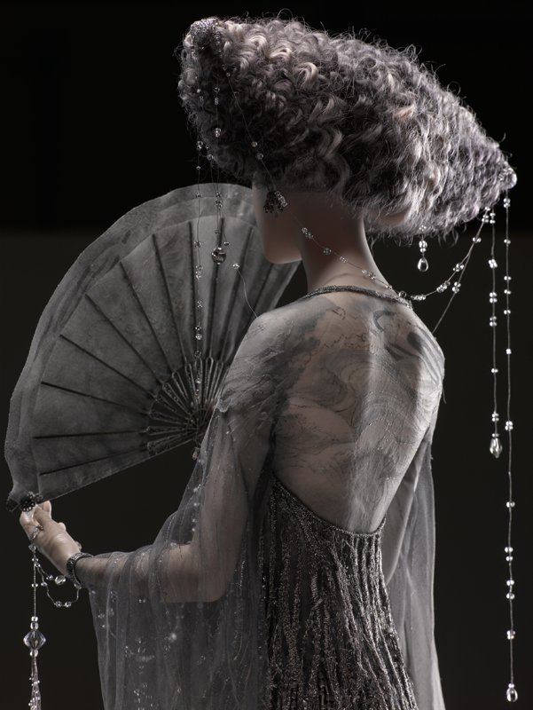 Alexandra-Kokinova-muneca-hecha-a-mano-Amaya-lluvia-noche-detalle-vestido-seda