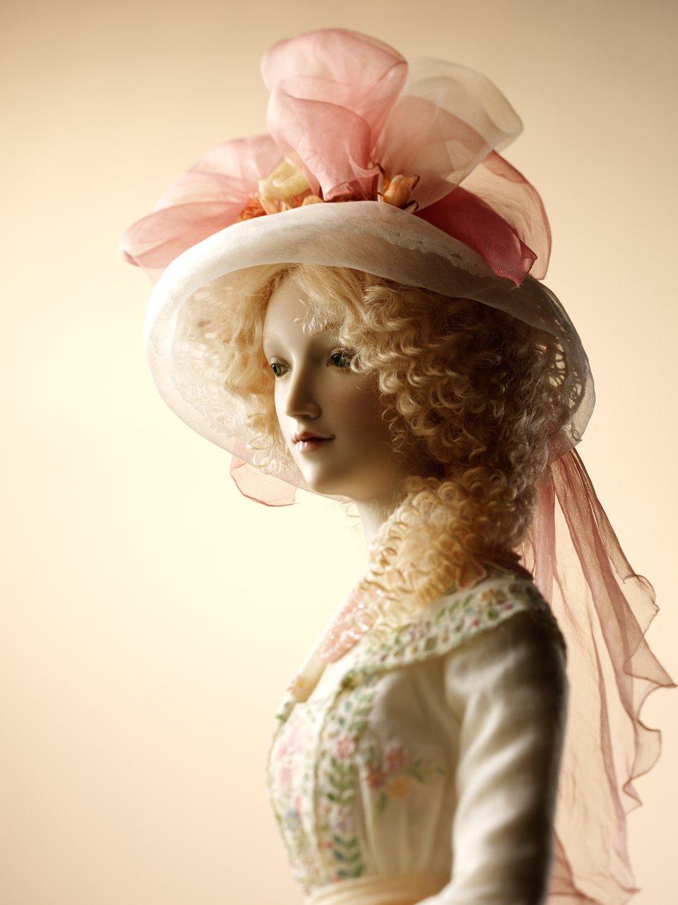 Alexandra-Kokinova-muneca-hecha-a-mano-Martha-1910-detalle-sombrero-cara