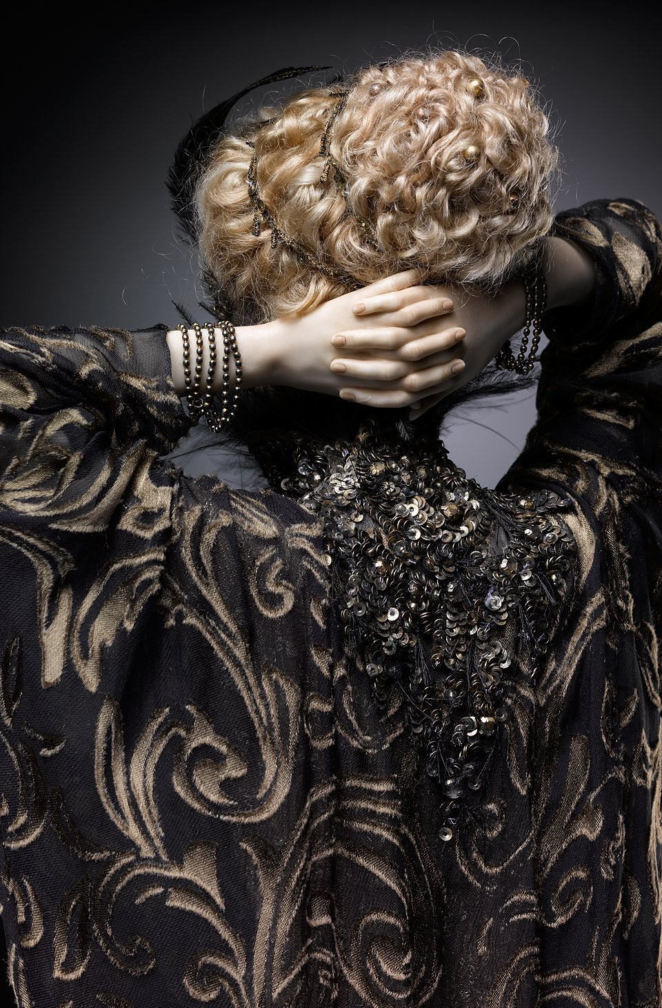 Alexandra-Kokinova-muneca-hecha-a-mano-Tina-art-deco-detalle-recogido-pelo