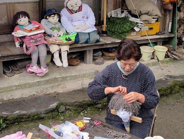 Ayano Tsukimi cosiendo