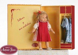Foto muñeca Leonor, con traje rojo que incluye armario con un vestido azul.