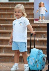 Foto muñeca Sofía vestida con el traje azul de la Escuela Infantil.