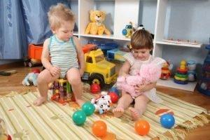 Foto de dos niños jugando en paralelo