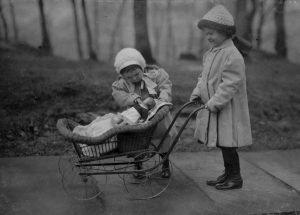 Jugar amplía la imaginación. Foto de dos niñas jugando con muñecas