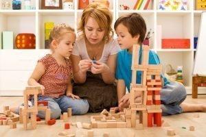 Jugar en familia. Foto de dos niños jugando con un adulto