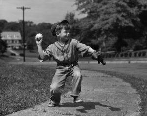 Jugar haciendo deporte. Foto de un niño jugando al beisbol