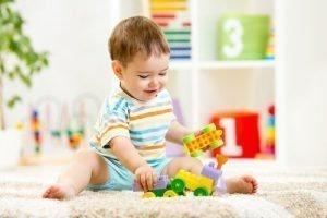 Foto de niño pequeño jugando solo