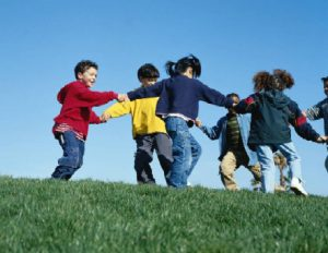 Foto de varios niños jugando al corro de la patata