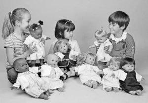 Jugar con muñecas. Foto de varios niños jugando con muñecas