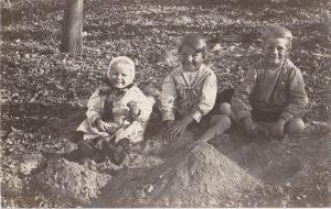 Jugar en la arena. Foto de tres niños jugando en la arena