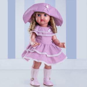 Foto de Mariquita Pérez rubia con sombrero y vestido lila.
