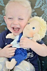 Foto de niño aprendiendo a jugar con muñecos de tela