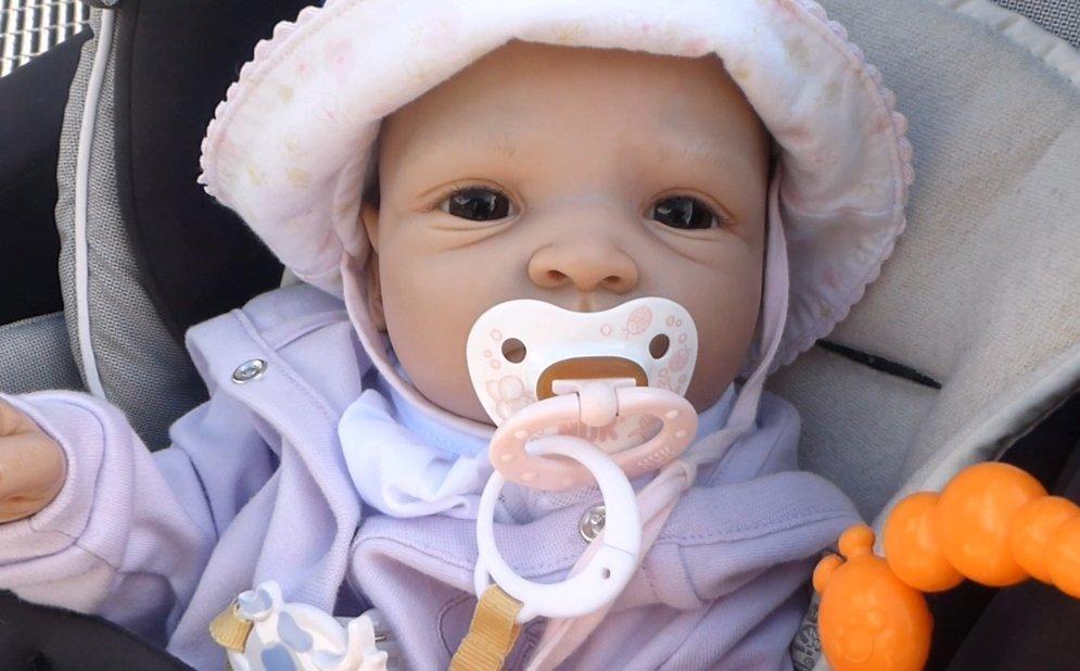 Foto bebé reborn con chupete