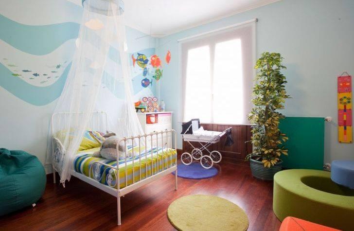 Foto de una exposición de mobiliario con un cochecito de Bebelux