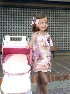 Foto de una modelo infantil con una sillita Big Rosa de Bebelux