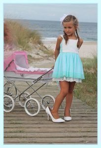 Foto de una modelo infantil con un cochecito rosa de Bebelux