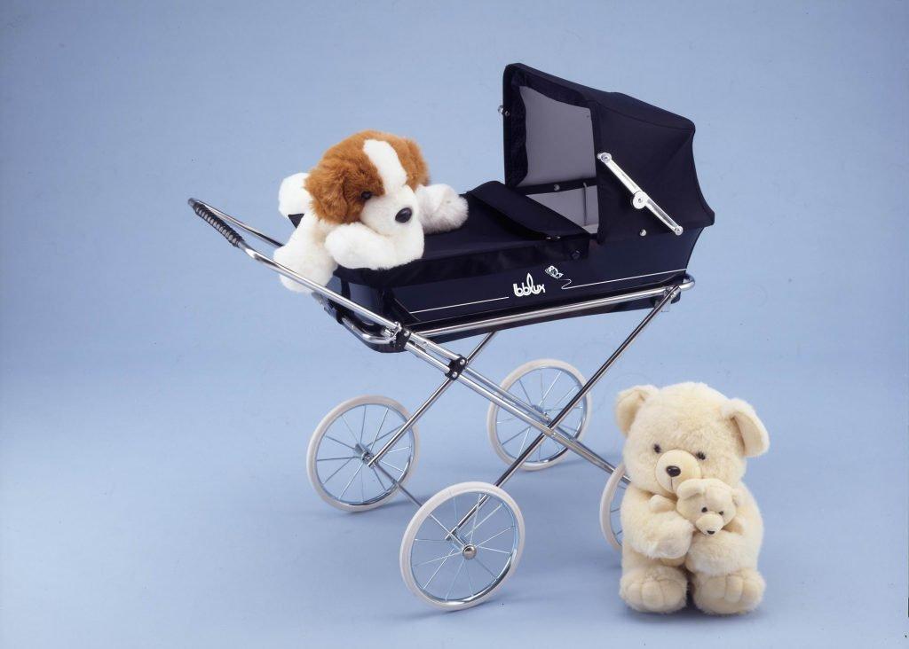 Foto de cochecito de muñecas de Bebelux con dos peluches
