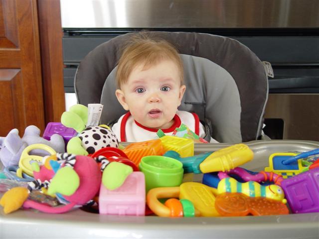 Foto bebé con muchos juguetes