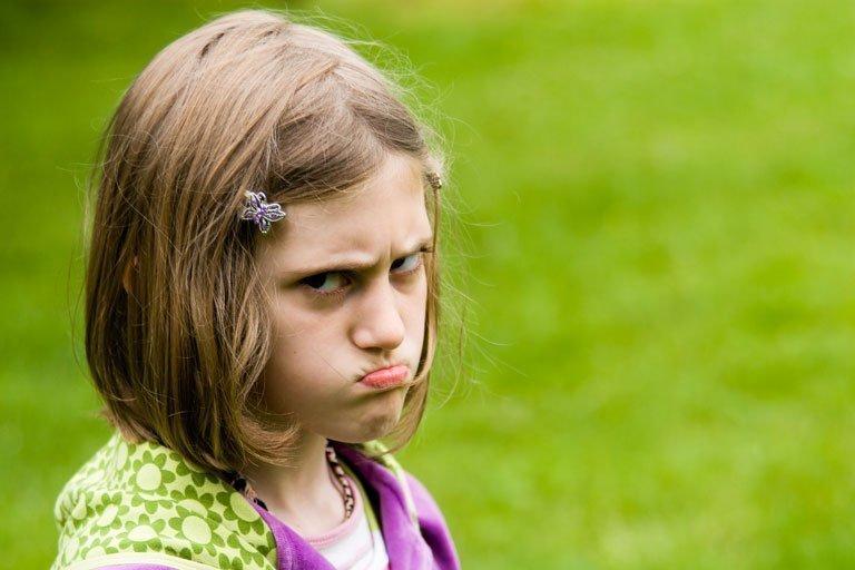 Foto niña enfadada