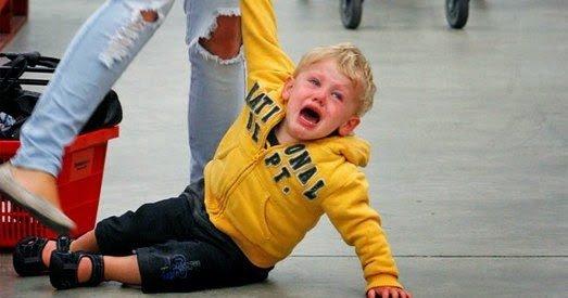 Foto niño llorando en el suelo