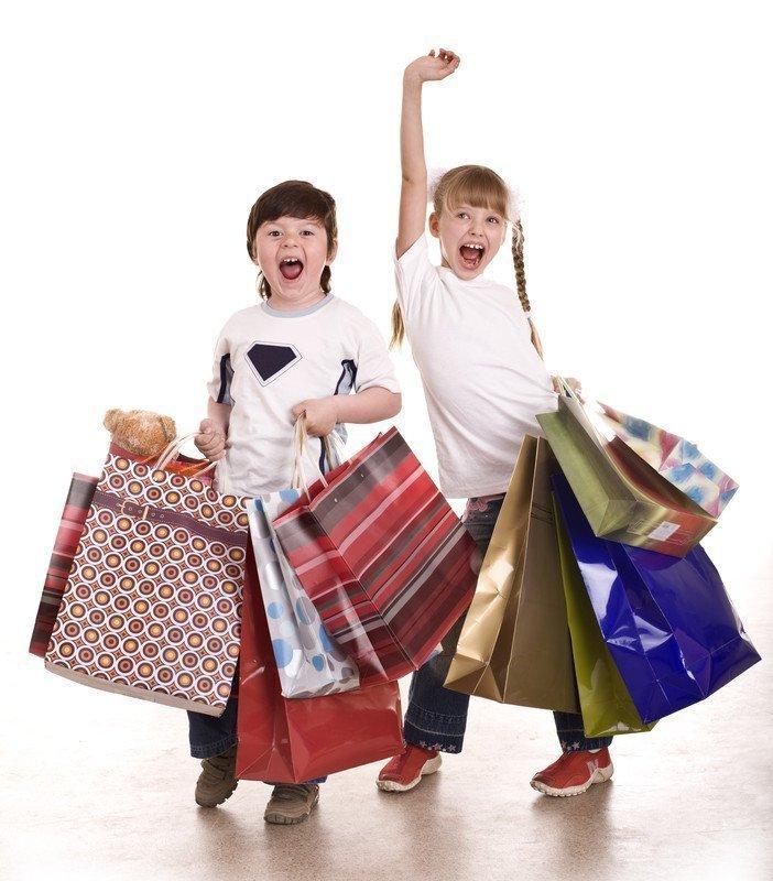 Foto de dos niños con bolsas de regalo