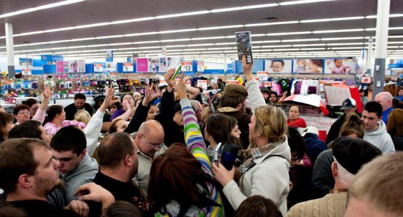 Foto de muchos adultos comprando