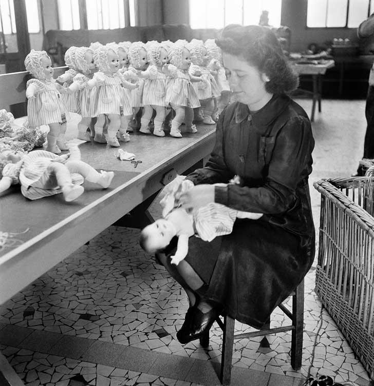 Trabajadora de la fábrica de muñecas
