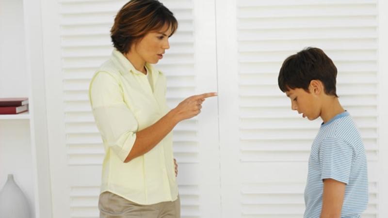 Madre regaña a niño por estar jugando con muñecas