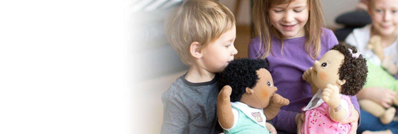 Niños jugando con muñecas