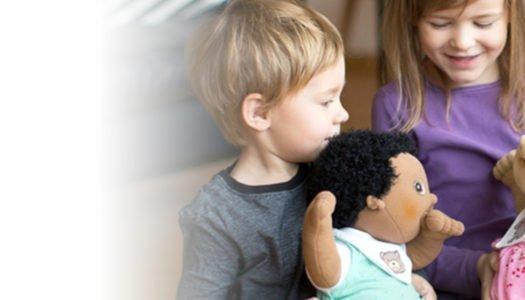 Jugando con muñecas: Aprender a compartir