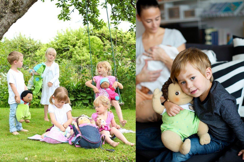 Niños jugando con muñecas al aire libre