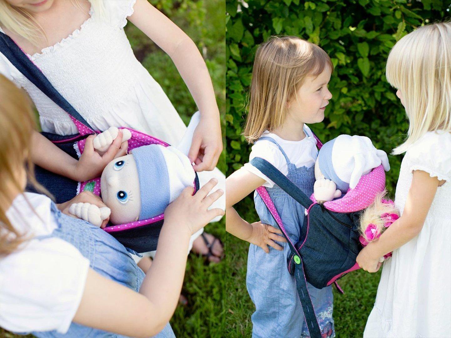 Niñas jugando con muñecas en el exterior