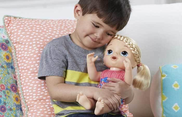 Niño jugando con muñeca