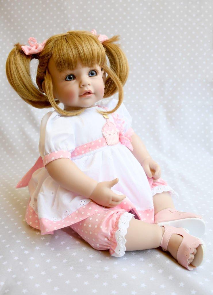 muñecas adora happy birthday sentada