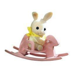 Sylvanian Families - Bebé para llevar - Conejo con caballito balancín